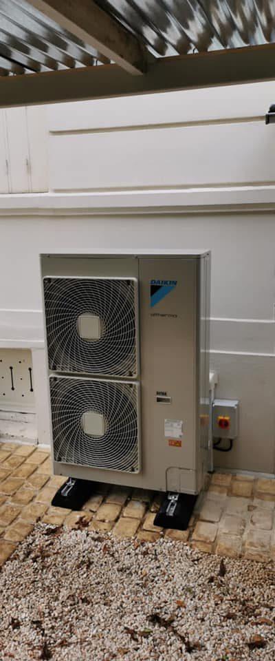 Nouvelle installation d'une pompe à chaleur de marque Daikin.